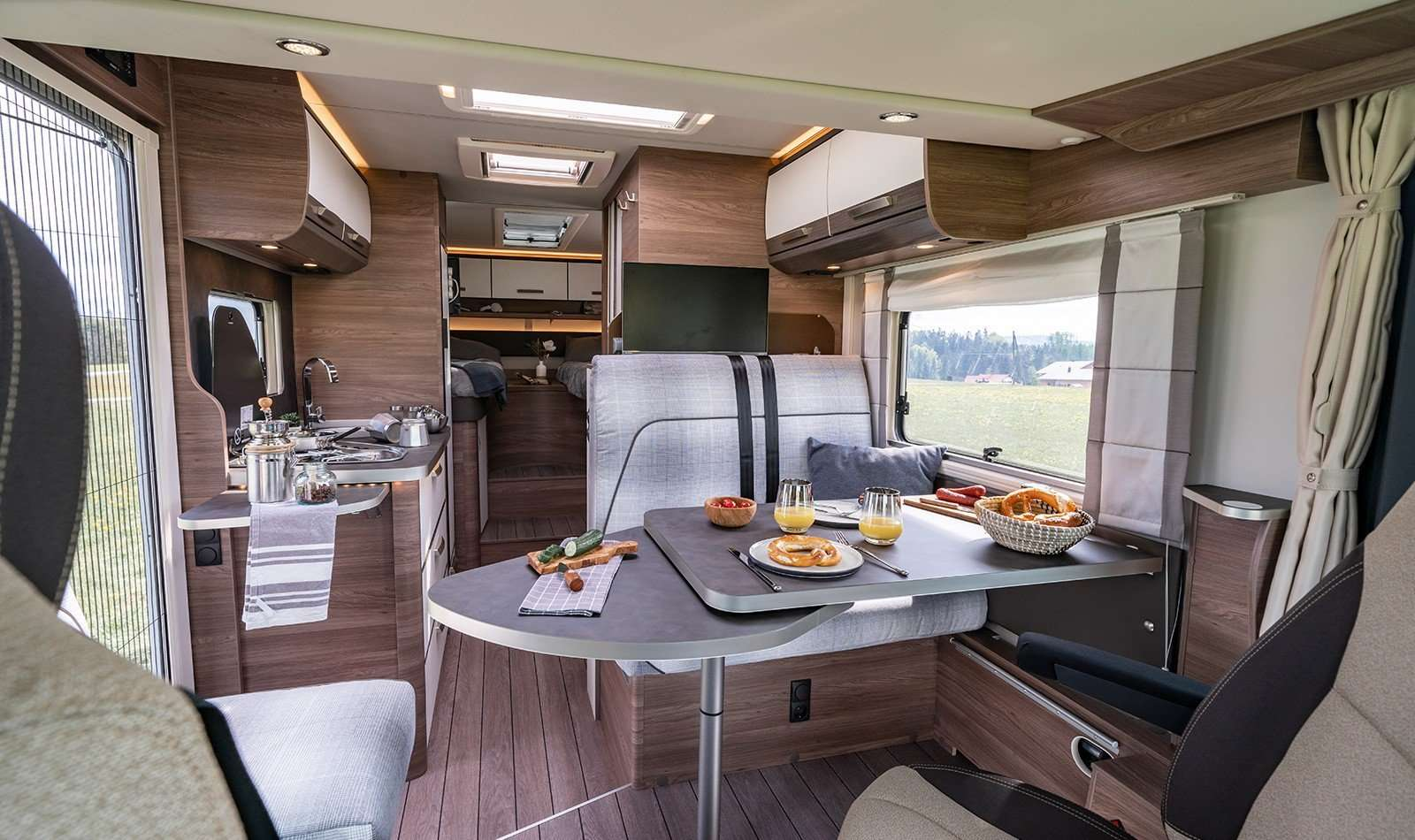 Knaus Live i 650 MEG living space dining area